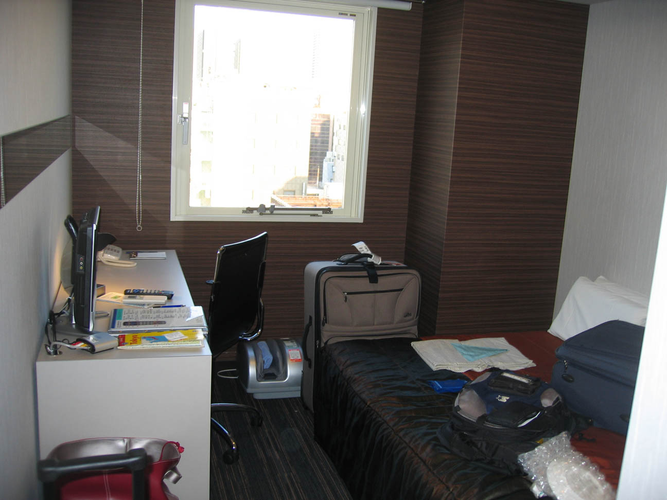 Josiah 39 s japan travelogue part 1 august 2007 for Small lounge suites small rooms